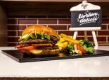 Burger Tasty Box servit cu cartofi prăjiți și sos barbeque