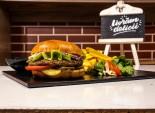 Burger de vită clasic servit cu cartofi prăjiți și sos barbeque