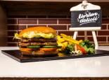 Pollo Burger servit cu cartofi prăjiți și sos barbeque
