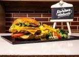 Chicago Burger servit cu cartofi prăjiți și sos barbeque