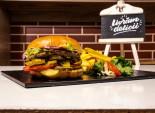 Texas Burger servit cu cartofi prăjiți și sos barbeque