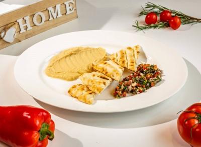 Hummus servit cu salată tabbouleh și pâine prăjită