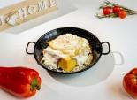 Mămăligă cu brânză, smântână și ou