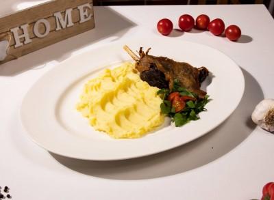 Pulpa de rata crocanta servita cu piure de cartofi si mix de salata