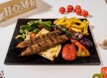 Kebab Adana servit cu sos de ardei lipie si cartofi prajiti
