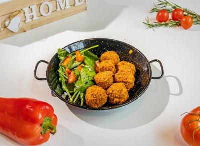 Chifteluțe falafel servite cu sos salsa de legume