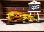 Veggie Burger servit cu cartofi prajiti si sos barbeque